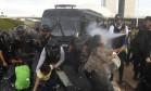 Após serem detidos, manifestantes entram em confronto com a polícia do lado de fora do Congresso Foto: Givaldo Barbosa / Agência O Globo