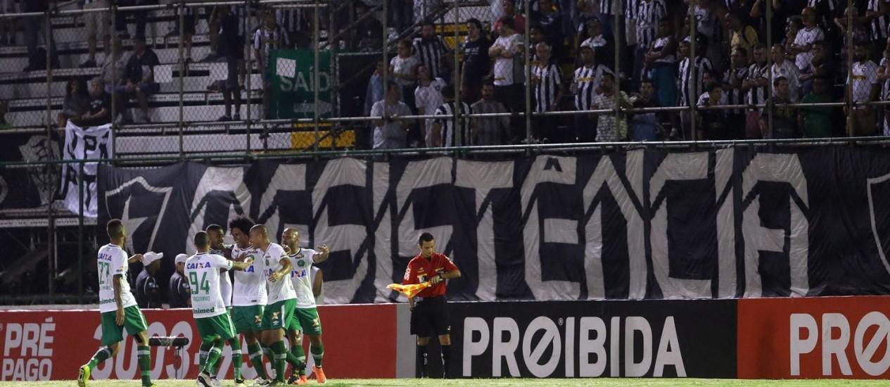 Jogadores da Chapecoense festejam gol diante da torcida do Botafogo no estádio Luso-Brasileiro, na Ilha do Governador Foto: Rafael Moraes / Agência O Globo