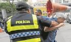 Truculência. Caco Barcellos é atingido na cabeça por cone jogado por manifestante em frente à Alerj. Pela manhã, repórter do GLOBO foi chutado Foto: Domingos Peixoto