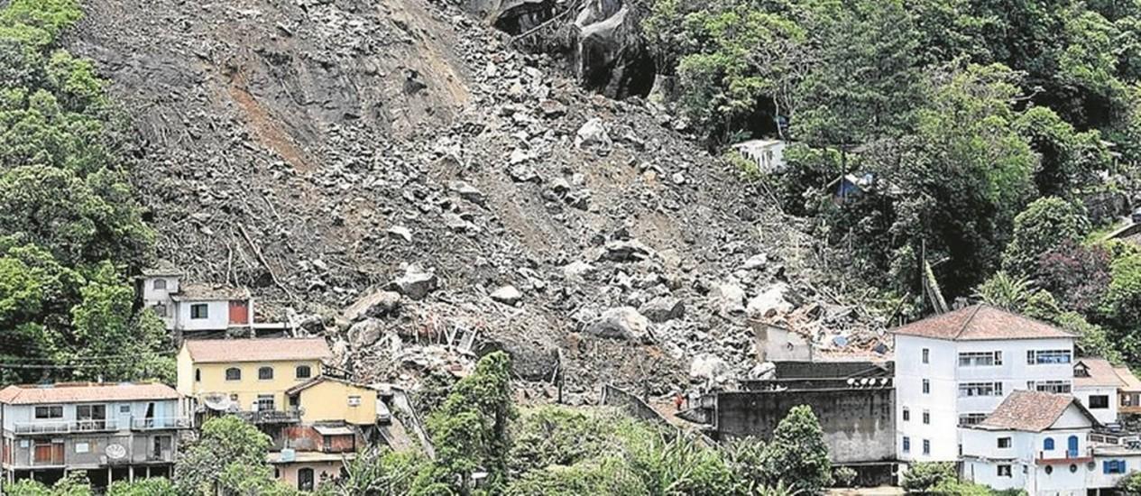 Tragédia. O deslizamento que matou duas pessoas no Quitandinha: área é considerada perigosa Foto: Custódio Coimbra