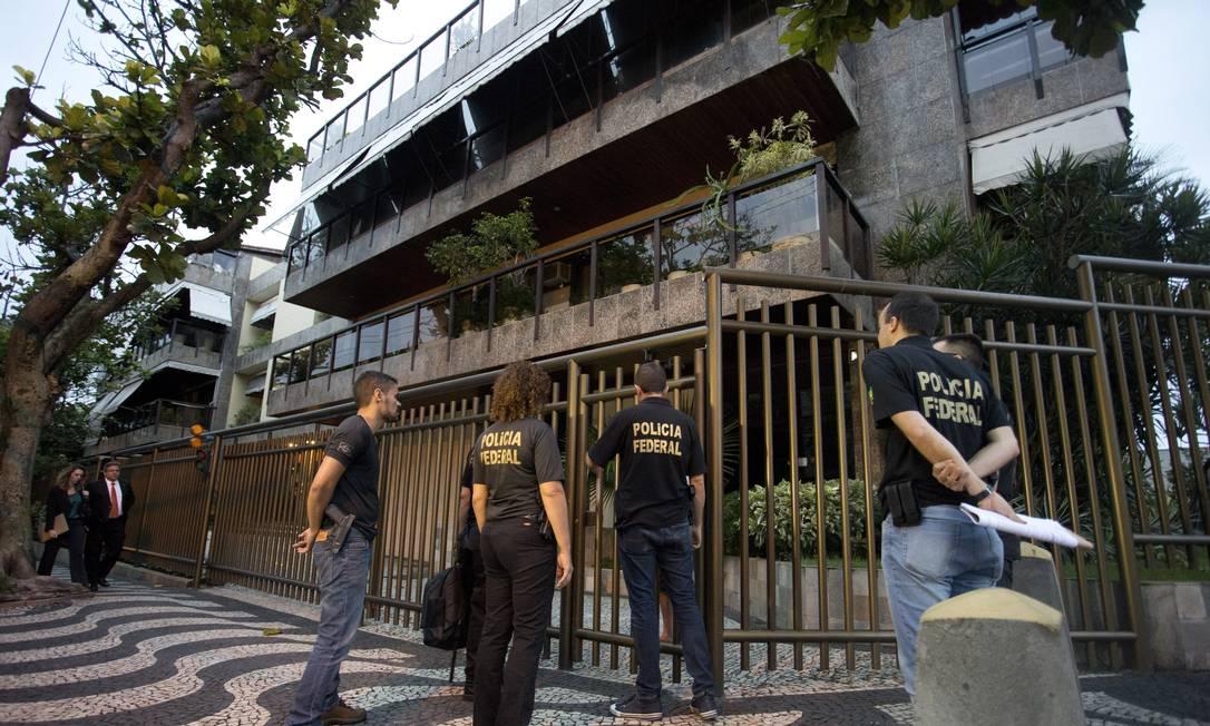 Policiais federais chegam na casa do ex-secretario de Obras Hudson Braga, na Barra da Tijuca Márcia Foletto / Agência O Globo