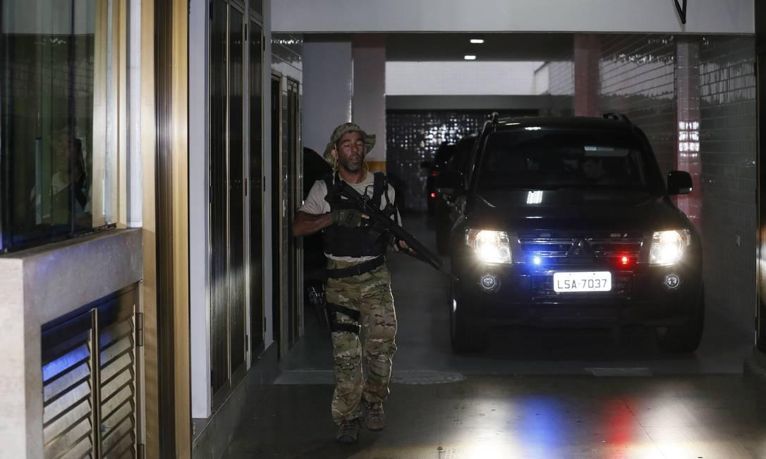 O ex-governador Sério Cabral é levado para a sede da PF Pablo Jacob / Agência O Globo