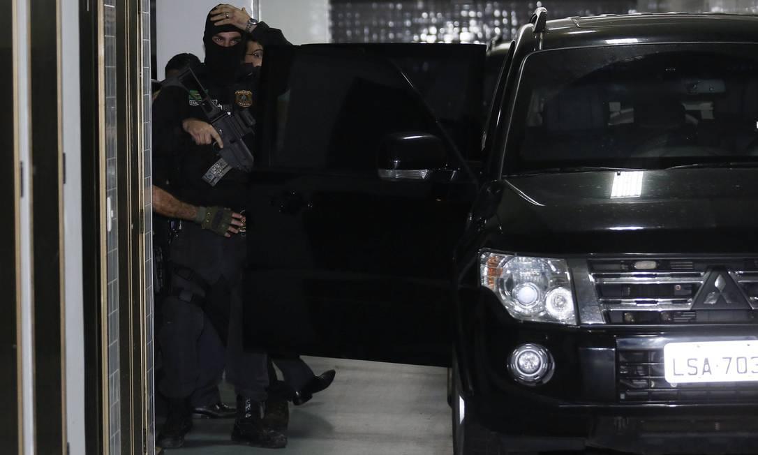 Policias federais prendem o ex-governador Sério Cabral em seu apartamento no Leblon Pablo Jacob / Agência O Globo