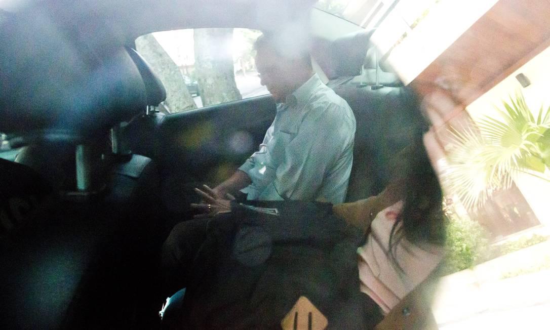 Hudson Braga, ex-secretário de obras no governo Cabral, saindo preso no carro da PF Márcia Foletto / Agência O Globo