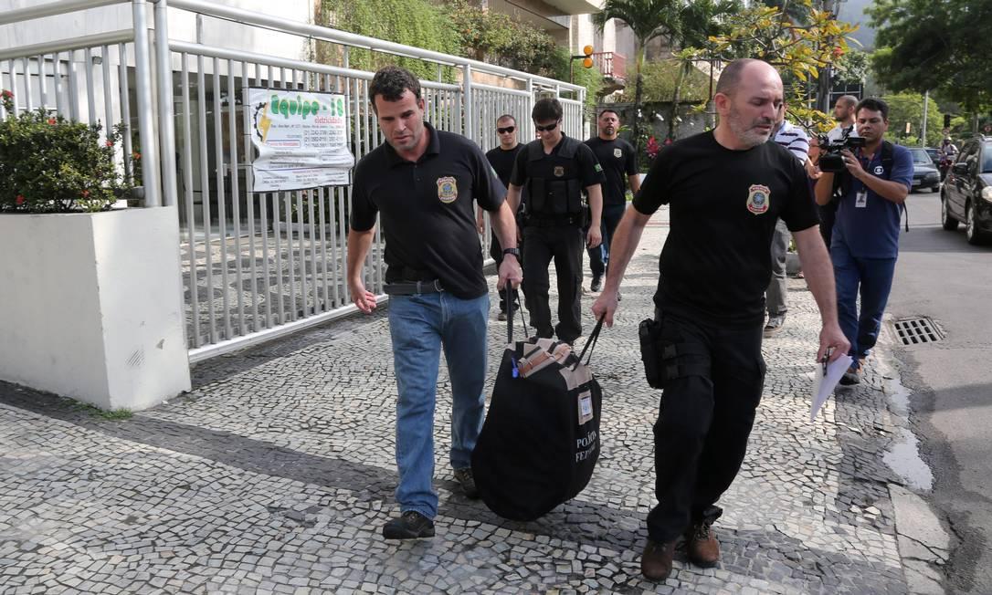 Políciais federais saem da casa de Carlos Emanuel de Carvalho Miranda, operador de Sérgio Cabral Custódio Coimbra / Agência O Globo