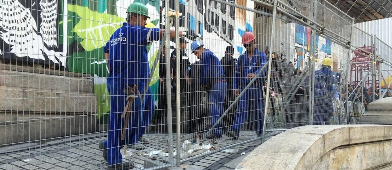 Operários fixam grades no chão em frente à Alerj Foto: Gustavo Goulart / O Globo