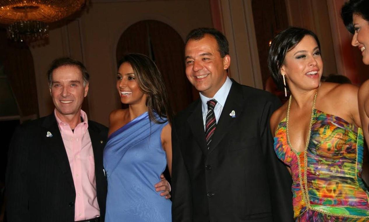 O empresário Eike Batista com a mulher Flávia Sampaio ao lado do casal Sérgio Cabral e Adriana Ancelmo Foto: Reprodução