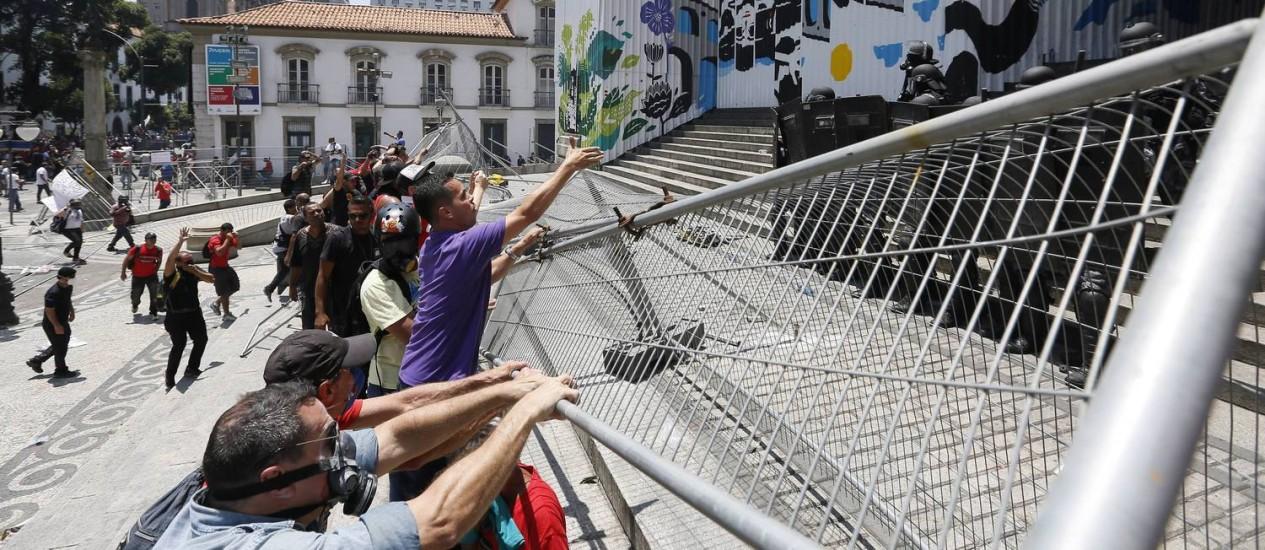 Manifestaantes retiram grade de proteção na Alerj no primeiro dia de discussão do pacote de ajuste fiscal Foto: Pablo Jacob / Agência O Globo