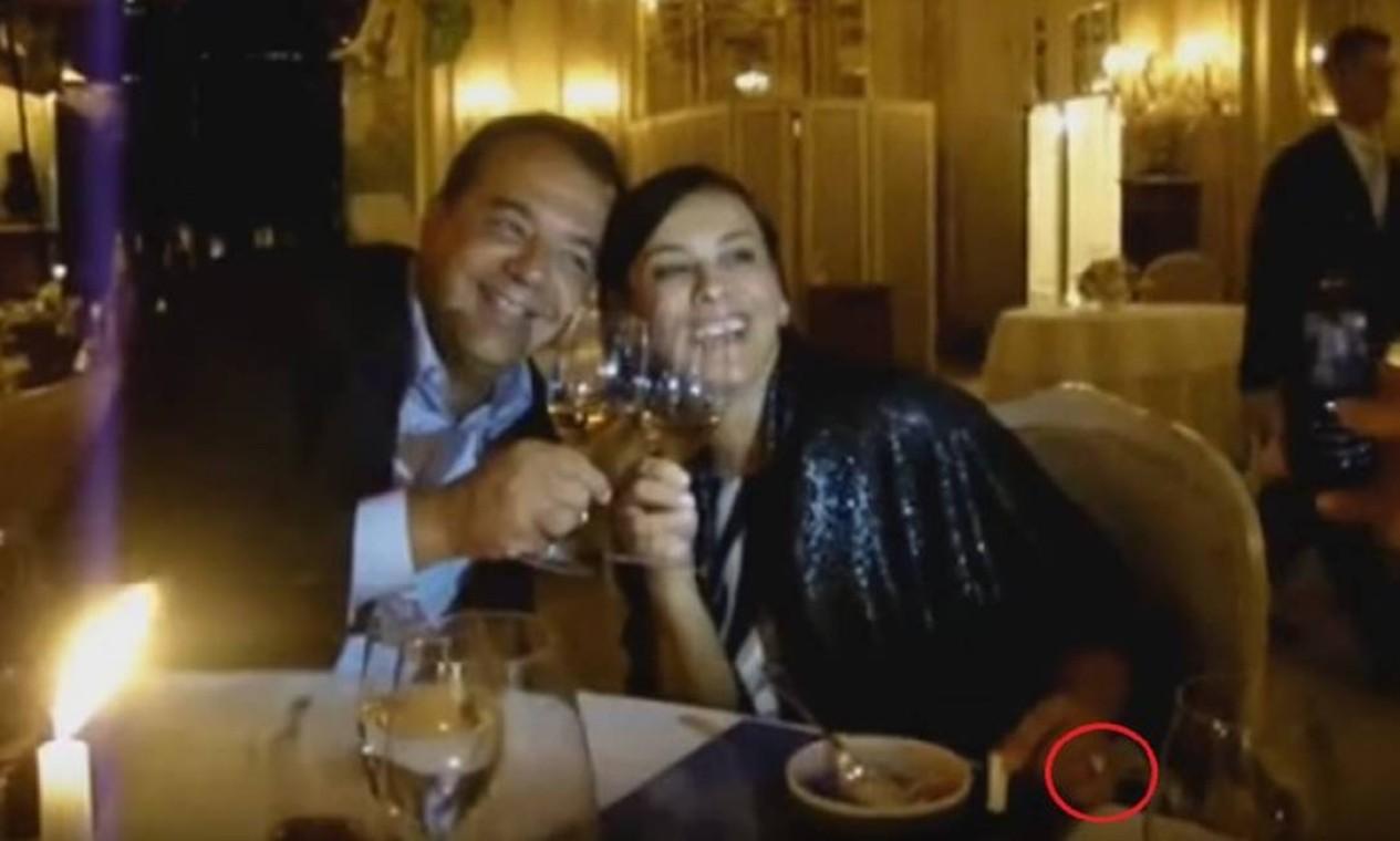 Sérgio Cabral e a mulher Adriana Ancelmo com o anel de R$ 800 mil pago pelo empreiteiro Fernando Cavendish, em jantar em Mônaco Foto: Reprodução/Blog do Garotinho