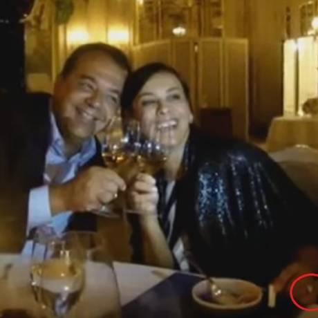 Cabral e a mulher Adriana Ancelmo com o anel de R$ 800 mil pago pelo empreiteiro Fernando Cavendish em jantar em Mônaco Foto: Reprodução/Blog do Garotinho