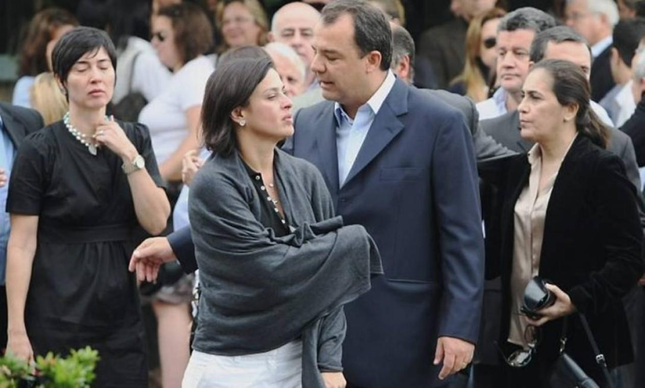 Sérgio Cabral e Adriana Ancelmo deixam a cerimônia de cremação de Jordana Kfouri, uma das vítimas da queda do helicóptero na Bahia Foto: Marco Antônio Cavalcanti /Arquivo/O Globo