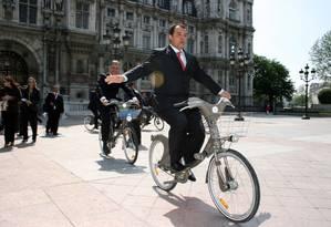 França. O governador do Rio, Sérgio Cabral, em frente à prefeitura de Paris Foto: Carlos Magno 19/05/2008 / Divulgação