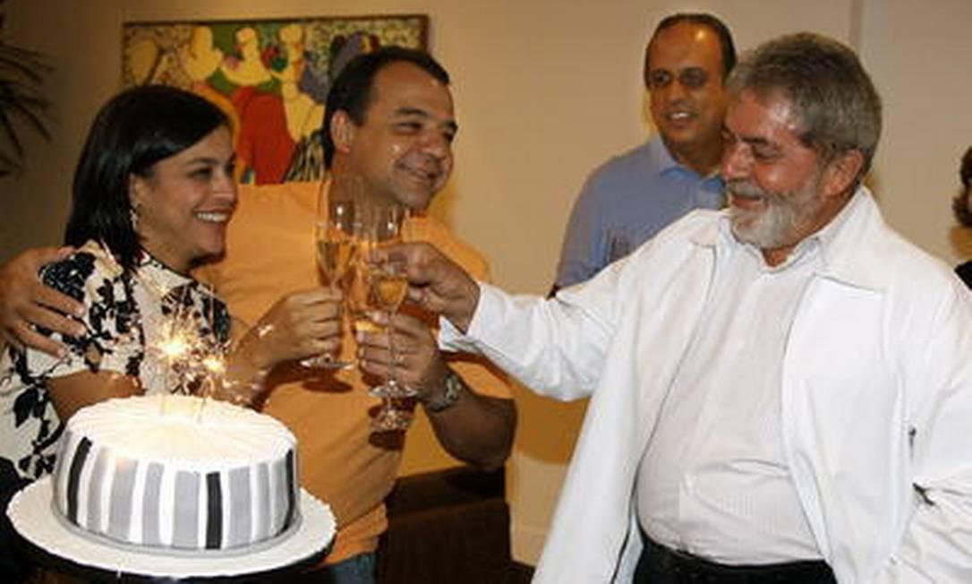 Lula brinda com Sérgio Cabral e Adriana Ancelmo na festa surpresa para o então governador, com Pezão ao fundo Foto: Ricardo Stuckert / Arquivo