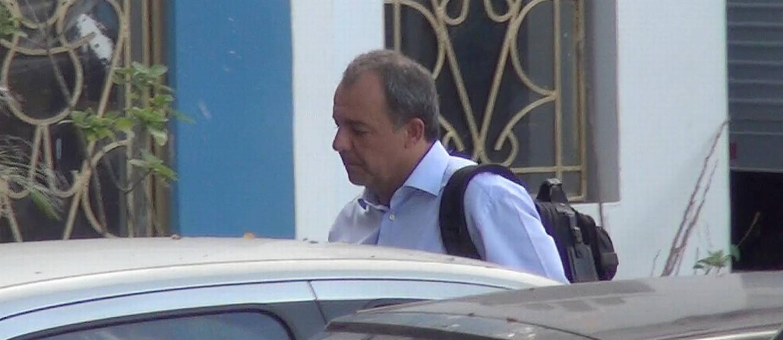 O ex-governador Sérgio Cabral chega à sede da PF após ser preso em casa , no Leblon Foto: Celso Barbosa / .