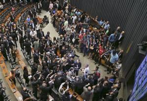 Manifestantes invadem plenário da Câmara Foto: Ailton de Freitas / Agência O Globo