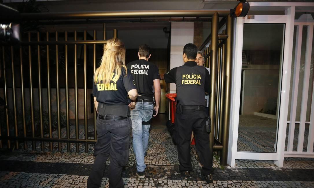 Policiais abordam Maciste Granha para ser terstemunha ao cumprirem mandado de prisão e de busca e apreensão na casa do ex-governador Sérgio Cabral Foto: Pablo Jacob / O Globo/Arquivo
