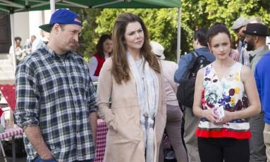 "Série ""Gilmore girls"", da Netflix. Da esquerda para a direita, os atores Scott Patterson, Lauren Graham e Alexis Bledel Foto: Saeed Adyani / Netflix"