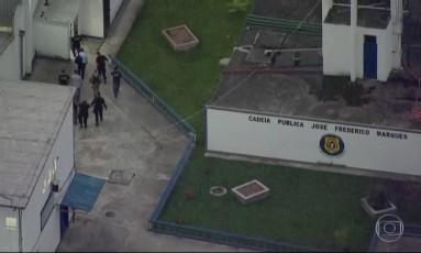 Sérgio Cabral chega ao Complexo Penitenciário de Gericinó, em Bangu Foto: Reprodução de TV / Agência O Globo 17/11/2016