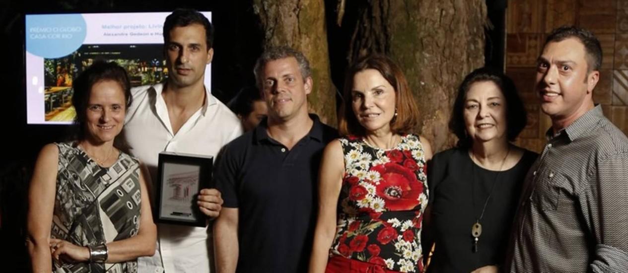 Destaque. Alexandre e Hugo (à esquerda) recebem prêmio de melhor projeto Foto: Monica Imbuzeiro