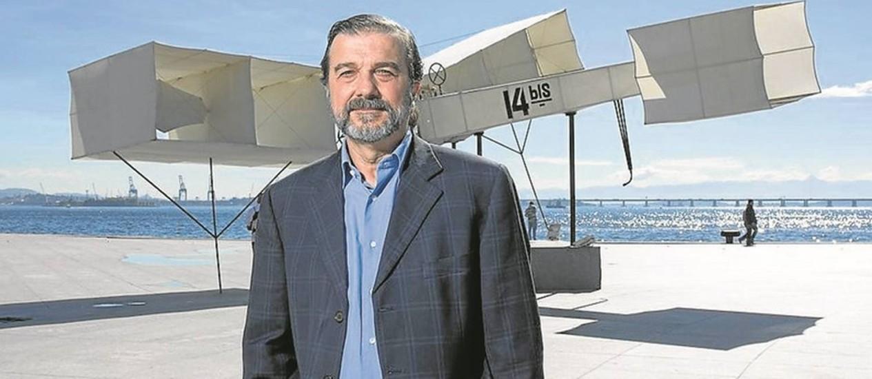 Decolou. Hugo Barreto, da Fundação Roberto Marinho, em frente à réplica do 14-Bis, na Praça Mauá Foto: Divulgação/Leo Aversa