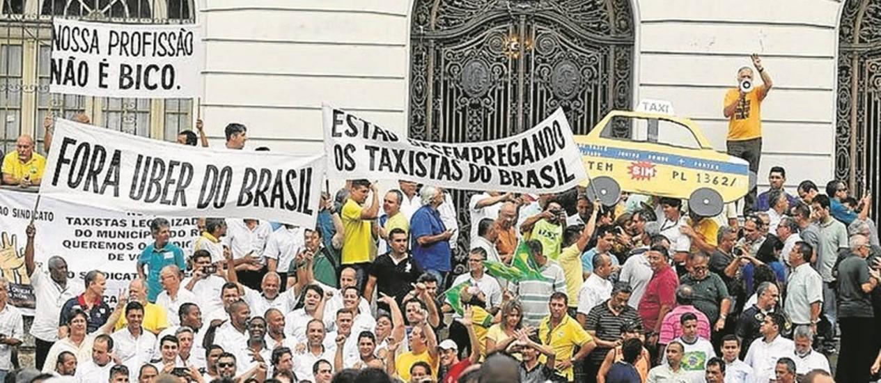 Manifestação. Taxistas fazem protesto na porta da Câmara contra o Uber Foto: Alexandre Cassiano