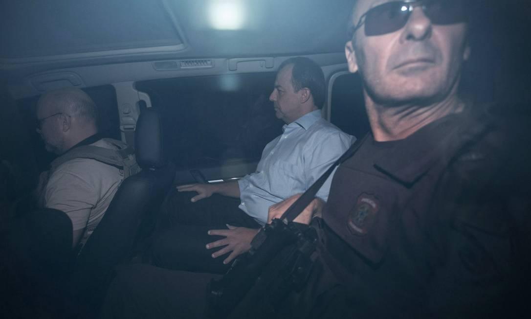O ex-governador Sérgio Cabral é levado preso, da sede da Polícia Federal, para o presídio de Bangú Guito Moreto / Agência O Globo