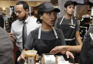 Garçonete carrega pedido de cliente, em uma lanchonete do McDonald's em Nova York Foto: Richard Drew/AP