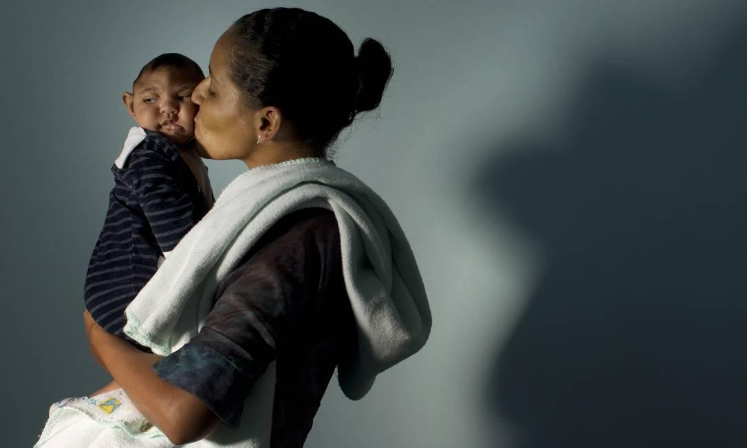Miriam França Araújo com o filho Lucas Gabriel em 12/02/2016 no Hospital Municipal Dom Pedro I, na Paraíba Foto: Márcia Foletto / O Globo