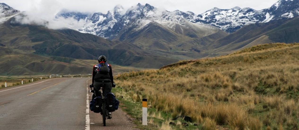 Sven Schmid pedalando em Abra la Raya, perto de Cusco, no Peru Foto: Acervo Pessoal / Sven Schmid