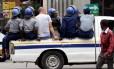 Ativistas são levados pela polícia antes de protestos contra o governo no Zimbábue