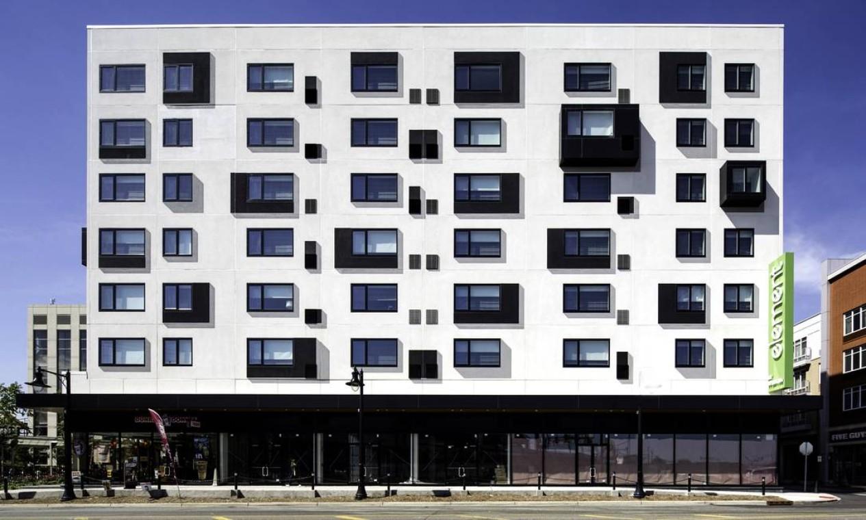 O Element Hotel é, como eles chamam, o moderno trompe l'oeil. Prédio retangular, ele é interrompido por algumas janelas em cantilever. O resto são sombras pintadas para enganar o olho Foto: divulgação
