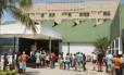 Fila para visita. Parentes de pacientes lamentam a saída de funcionários e temem um adiamento de cirurgias