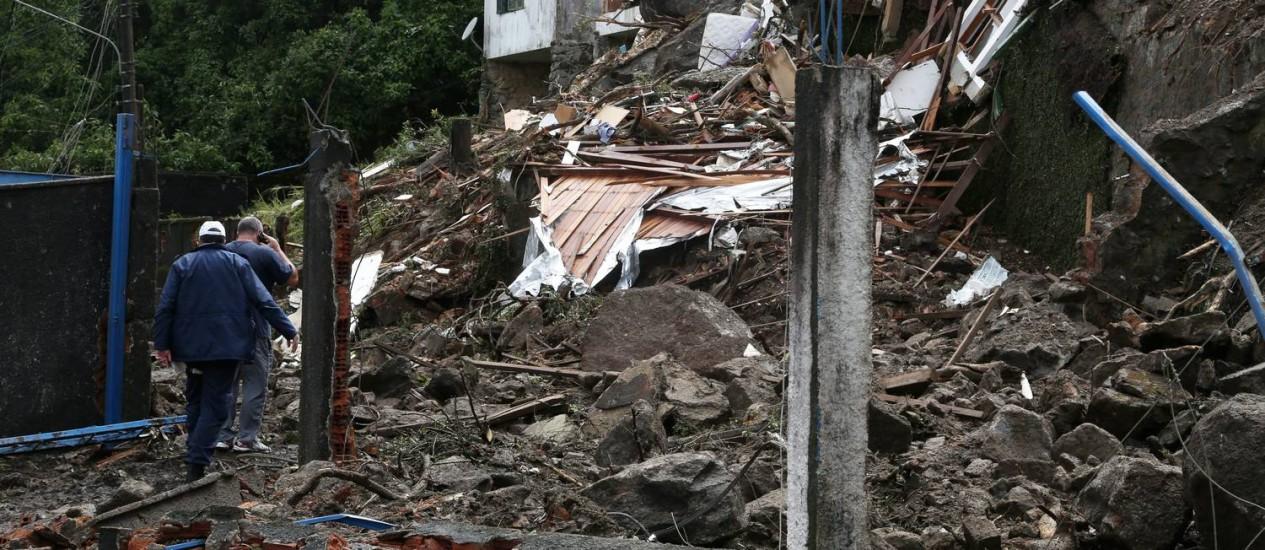 Deslizamento no morro do Quitandinha destroíram três casas e provocaram duas mortes Foto: Custódio Coimbra / Agência O Globo