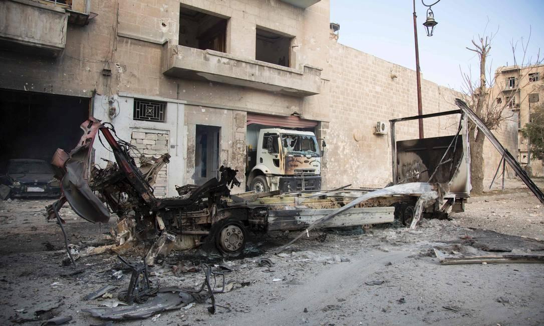 Destroços de veículos nas ruas do bairro de Bab al-Nayrab, controlado pelos rebeldes, no Leste de Aleppo: população sitiada estaria sem acesso a hospitais Foto: AFP/KARAM AL-MASRI