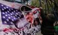 Manifestante faz protesto contra Trump na embaixada americana no México