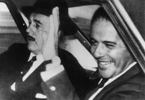João Goulart acena ao chegar a Montevidéu, após ser deposto da Presidência da República: exílio até o fim da vida Foto: AP/04-04-1964