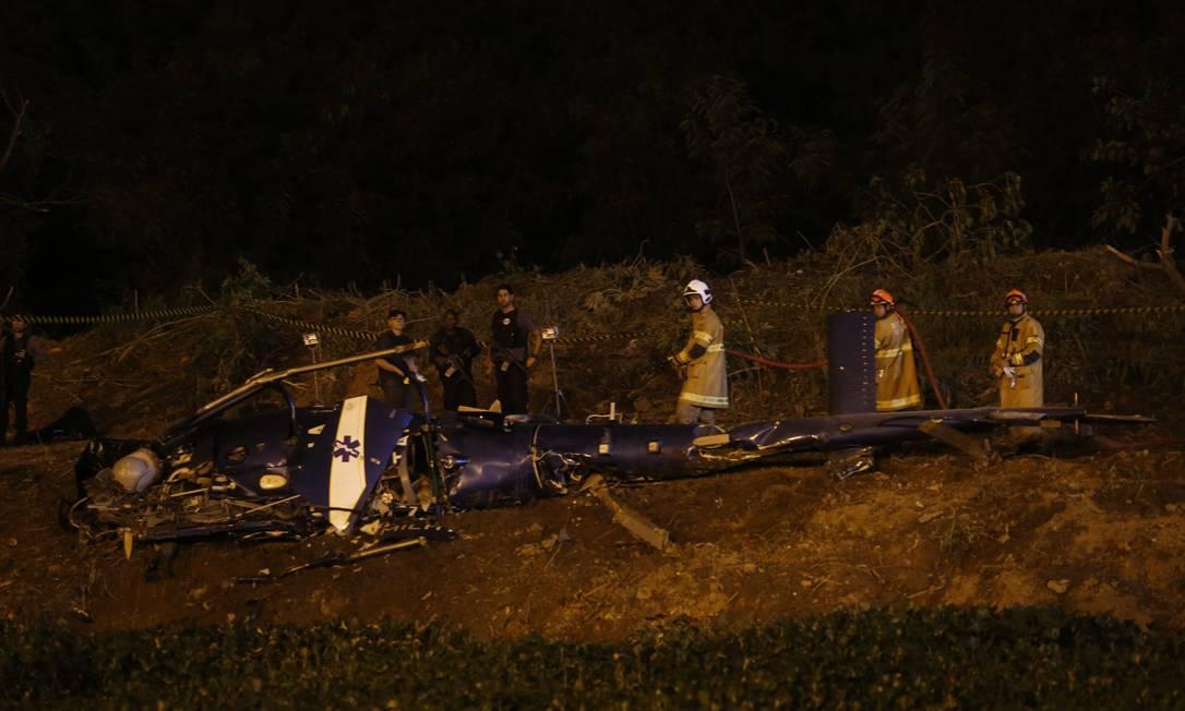 Helicóptero da PM é derrubado durante confronto com bandidos na Cidade de Deus Foto: Marcelo Carnaval / Agência O Globo