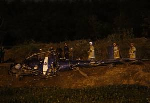 Bombeiros trabalham no local onde houve a queda de helicóptero da PM Foto: Marcelo Carnaval / Agência O Globo
