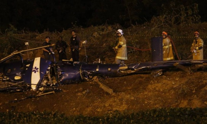 Helicóptero da PM cai em dia de confronto com bandidos na Cidade de Deus Foto: Marcelo Carnava / Agência O Globo