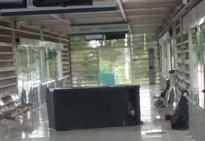 Vidros foram quebrados na estação Divina Providência Foto: Reprodução