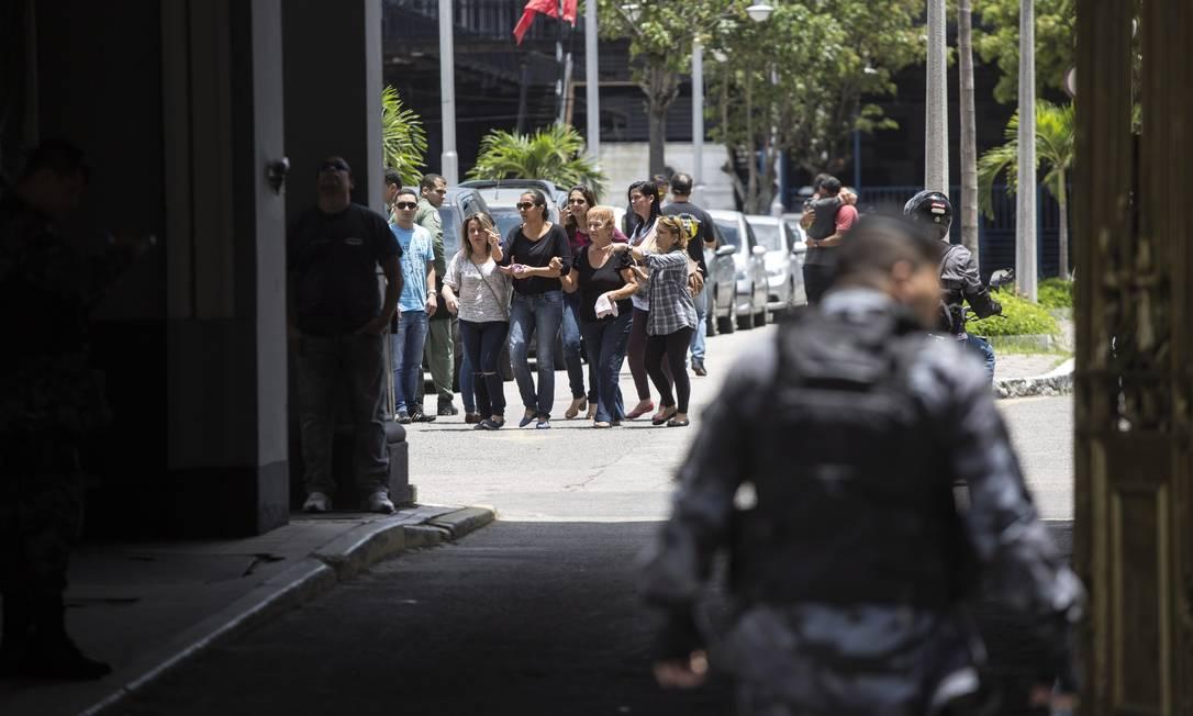 Familiares começam a chegar ao Batalhão de Choque, onde 3 policiais estão sendo velados Foto: Ana Branco / Agência O Globo