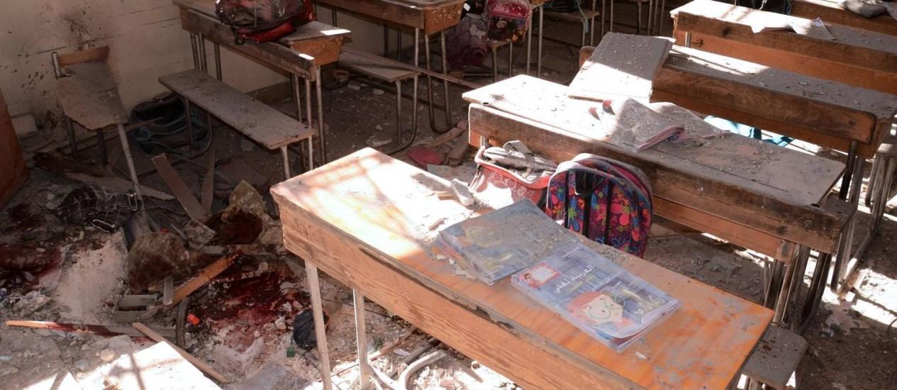 Imagem mostra poças de sangue e danos em sala de aula de escola atingida por ataques de rebeldes na região da cidade síria de Aleppo controlada por forças do governo Foto: GEORGE OURFALIAN / AFP/GEORGE OURFALIAN