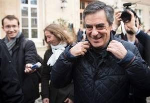 Ex-primeiro-ministro Francois Fillon deixa seção eleitoral Foto: MARTIN BUREAU / AFP