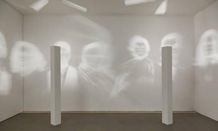 """A obra """"Realismo fantástico"""", que sugere espectros de luz está na mostra da artista Rosângela Rennó Foto: Divulgação/Paulo Costa"""