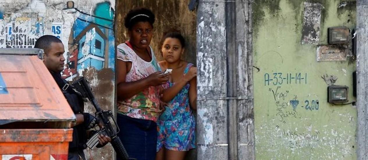 Tensão. Violência de confrontos na Cidade de Deus provocou medo e gerou uma onda de notícias falsas na internet Foto: Ricardo Moraes/Reuters
