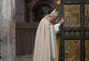 Papa Francisco participa de cerimônia de encerramento do Ano Santo da Misericórdia na Basílica de São Pedro Foto: POOL / REUTERS