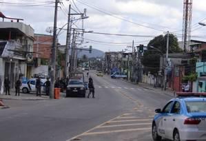 Equipes da PM patrulham a Cidade de Deus Foto: Fabiano Rocha / Extra / O Globo