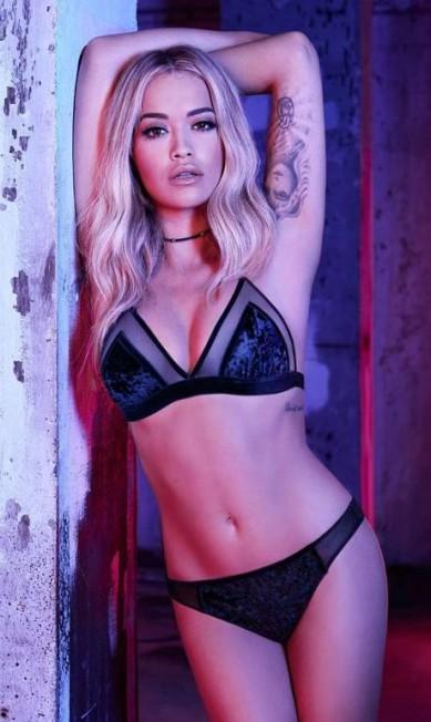 Se Rita Ora desenhou uma linha de lingerie, quem melhor que ela mesma para estrelar a campanha? Pensando assim, a cantora posou sensual com as peças da coleção em parceria com a italiana Tenezis Divulgação