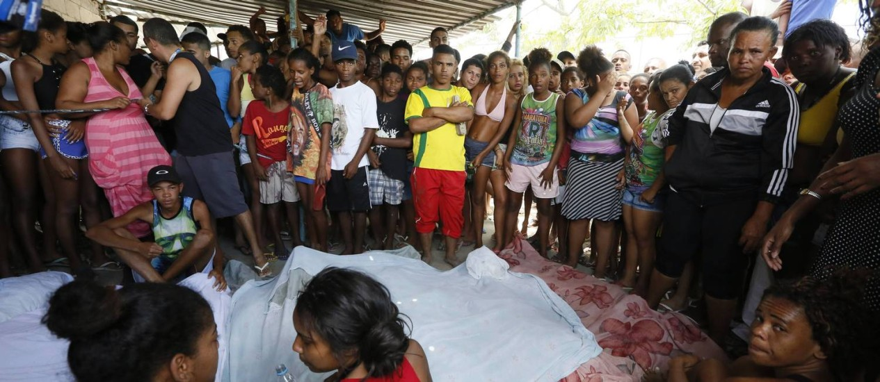 No domingo, moradores da Cidade de Deus encontraram sete pessoas mortas em uma área de pântano na comunidade Foto: O Globo / Pablo Jacob