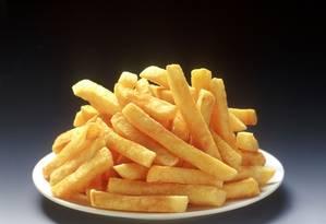 Batata frita é uma das comidas gordurosas que, em excesso, acabam levando ao aumento do colesterol ruim e consequente entupimento das artérias Foto: Divulgação